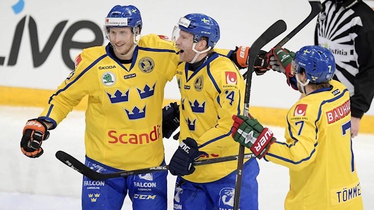 Spelar från Tre kronor kramar om varann under en match i Karjala cup 2016.