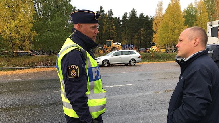 Justitie- och inrikesminister Morgan Johansson i samtal med Sollefteåpolisen Marcus Gustafsson.