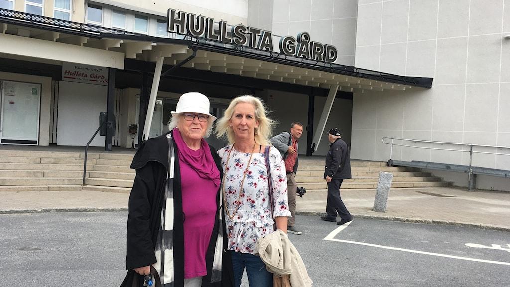 Halvbild på Hervor Sjödin och Millan Holmberg, BB-ockupanter, som står framför Hullsta Gård.