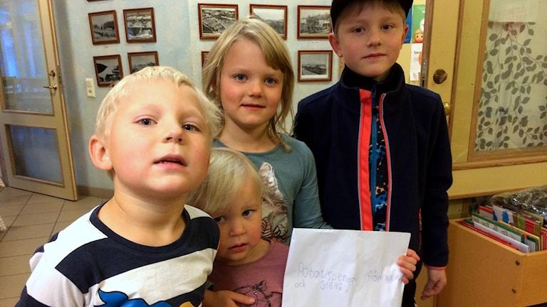 Vidar, Signe, Willhelm och Freja plockade potatis för Världens Barn. Foto: Lennart Sundwall/Sveriges Radio