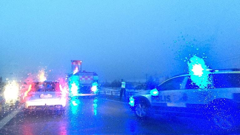 Bilkö förbi räddningsfordon och polisbil vid en olycka på E4 vid Bredsand söder om Sundsvall. Foto: Sara Johansson/Sveriges Radio