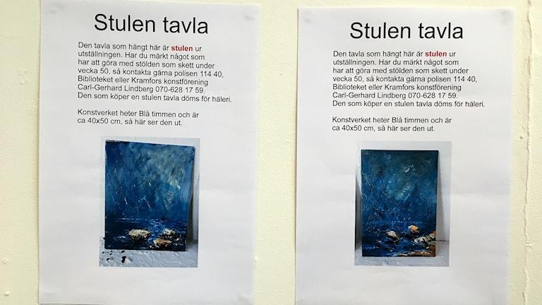 Två efterlysningar är uppsatta där de stulna tavlorna hängde i Konsthallen i Kramfors. Foto: Anna Westin/Sveriges Radio