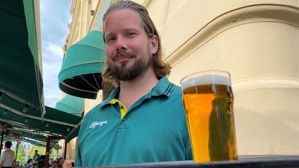 Man som serverar öl