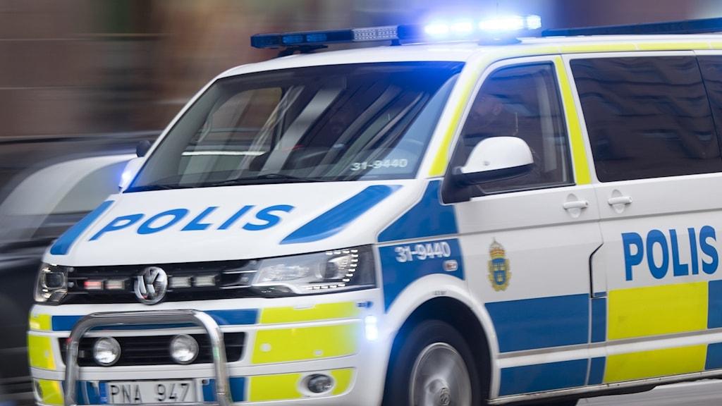 Polisbil (skåpbil) blinkar med blåljus under utryckning. Foto: Fredrik Sandberg/TT