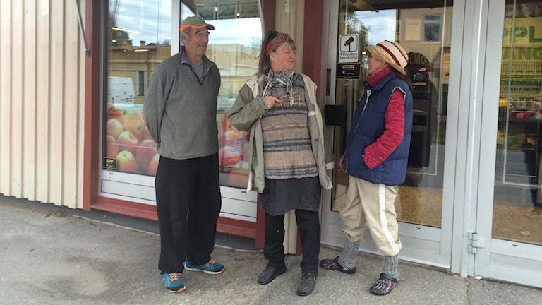 Janne Larsson, Gunilla Staaf, Eila Korpelainen diskuterar BB utanför en butik i Näsåker. Foto Ulla Öhman