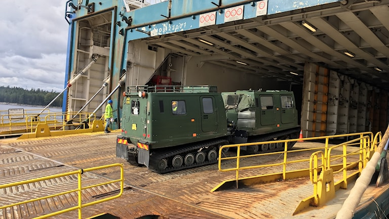 bandvagn körs på en lastbrygga vid ett fartyg i Husum