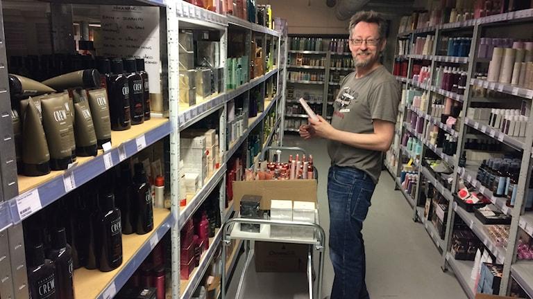 Magnus Ölund står ute på lagret där han jobbar.