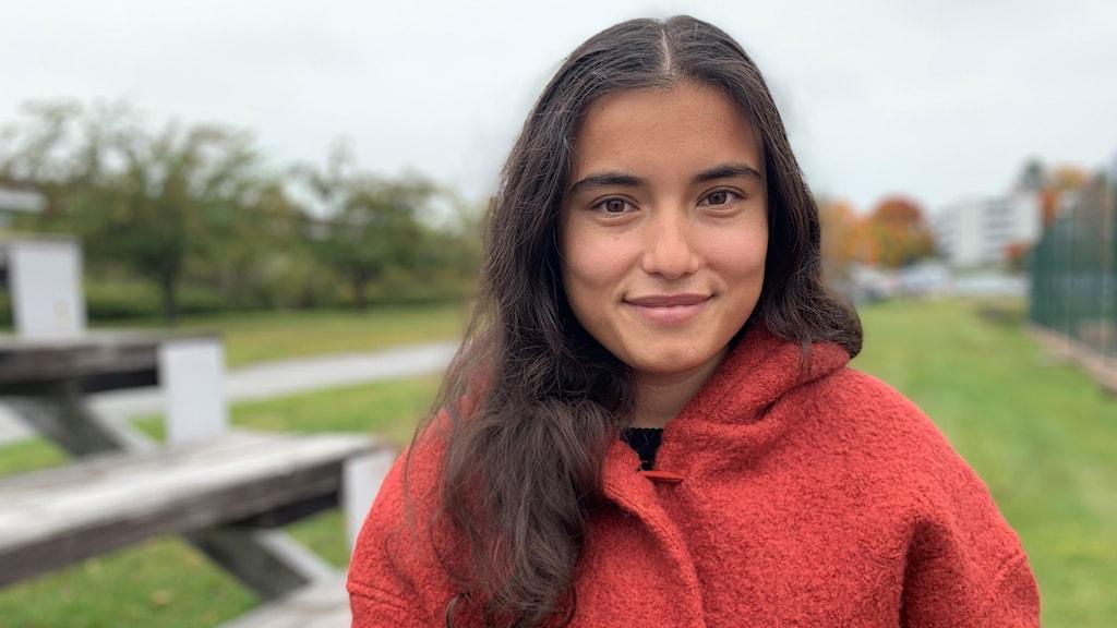 Porträtt på 20-åriga Sarah som kom som flykting till Kramfors för några år sedan. Foto: Peter Hansson/Sveriges Radio