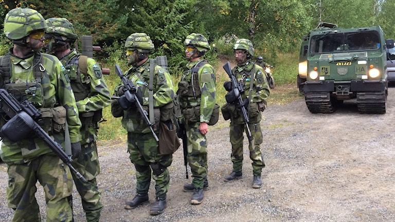 Fem hemvärnsmän på rad i väntan på transport till centrala Ånge. Foto: Ingrid Engstedt Edfast/Sveriges Radio