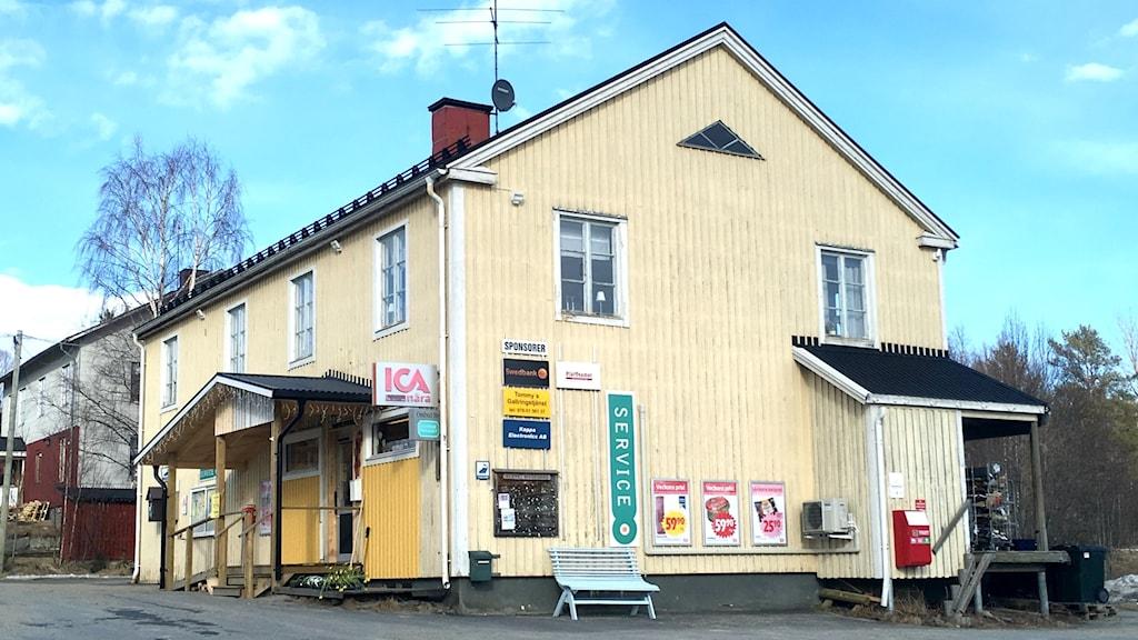Livsmedelsaffären i Flärke med sin svagt ljusgula träfasad.