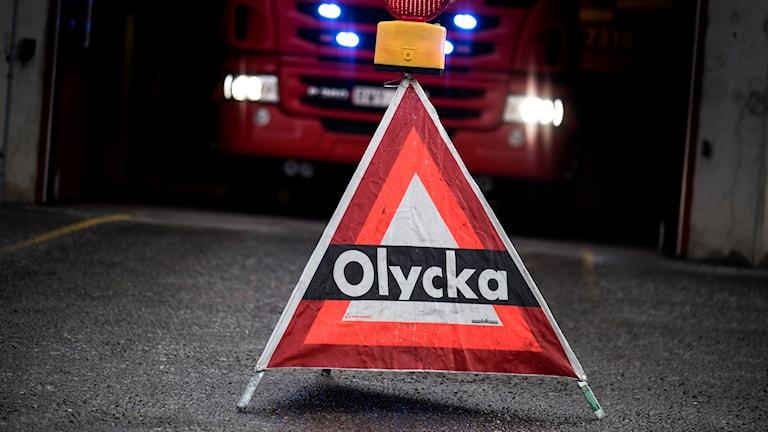 En trekantig skylt står på marken med texten olycka i stora bokstäver. Foro: Pontus Lundahl/TT