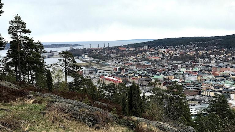 Utsikt över Sundsvall stad i dalen mellan de två stadsbergen. Foto: Fredrik Birging/Sveriges Radio