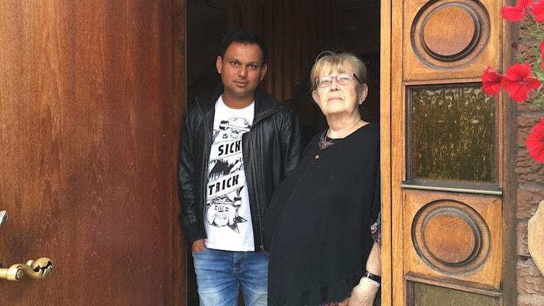 Masudur Rafiq och Birgitta Holmgren Wallin vid dörren. Foto Ulla Öhman