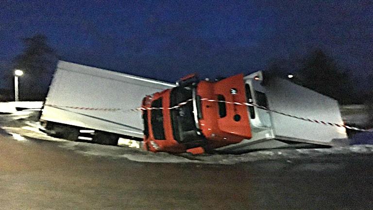 Lastbil har vält i diket.