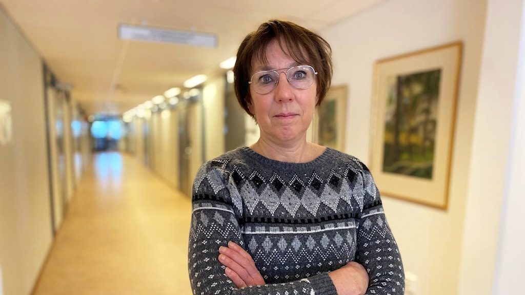 Kvinna i korridor.