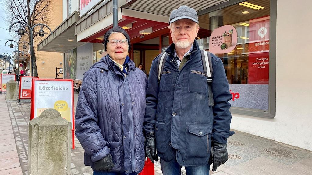 En kvinna och en man står på en gata utanför en butik. Foto Ulla Öhman