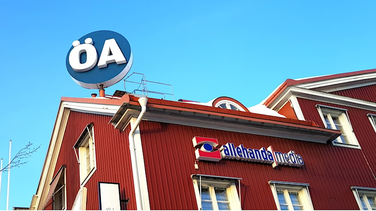 Exteriör bild på Örnsköldsviks allehanda redaktionsbyggnad i Örnsköldsvik. Högst uppe på taket snurrar en rund skylt med texten ÖA.