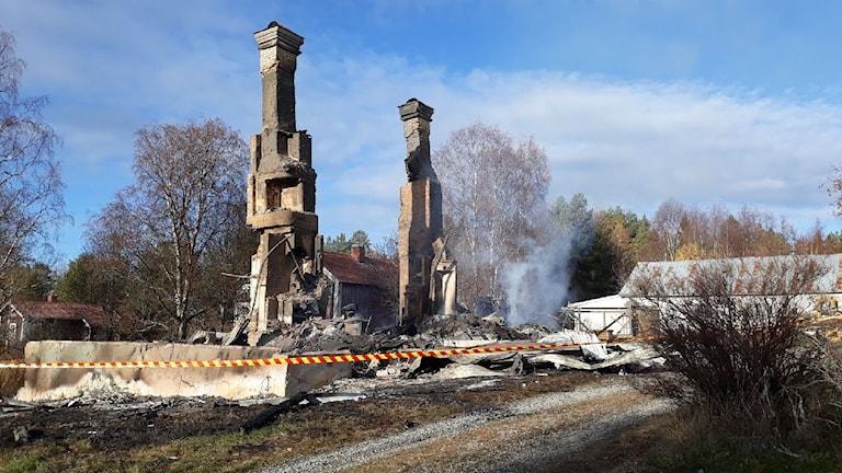 Bara två murstockar och rykande aska kvar av huset i Arlom.