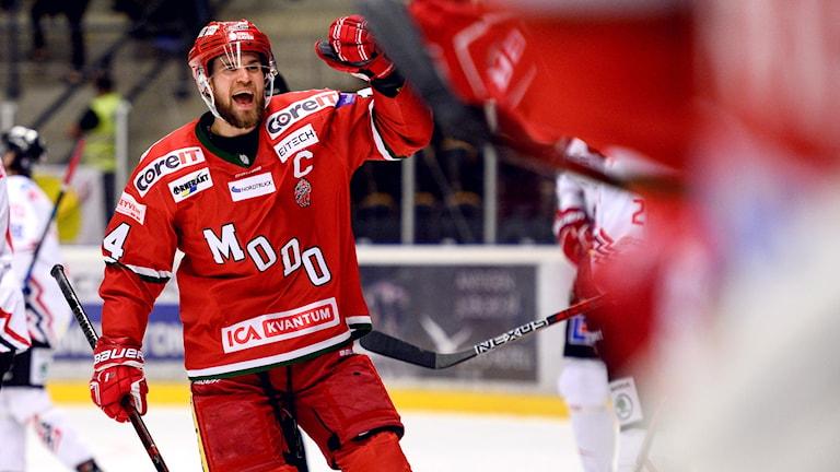 Modos Henrik Björklund jublar efter 2-0 under ishockeymatchen i Hockeyallsvenskan mellan Modo och Vita Hästen. Foto: Erik Mårtensson/Bildbyrån