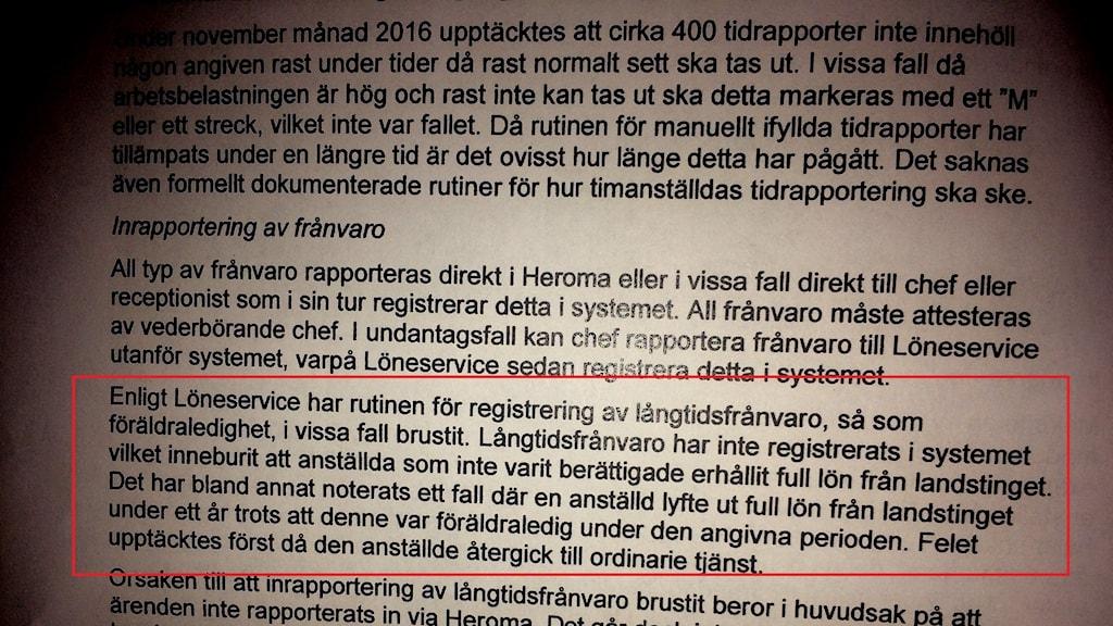 """Bild på utdrag ur den kritiska revisionsrapporten. Följande stycke rödmarkerat: """"Långtidsfrånvaro har inte registrerats i systemet vilket inneburit att anställda som inte varit berättigade erhållit full lön från landstinget."""""""