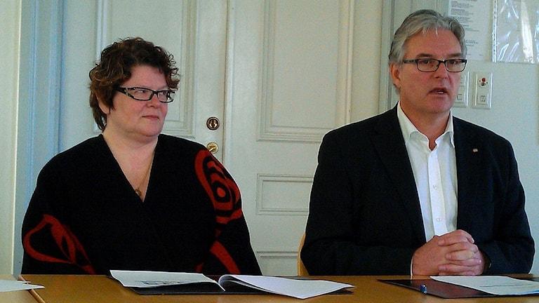 Arkivbild. Inger Bergström och Anders L Johansson sitter bredvid varandra vid ett podie under en presskonferens. Foto: Ulla Öhman/Sveriges Radio