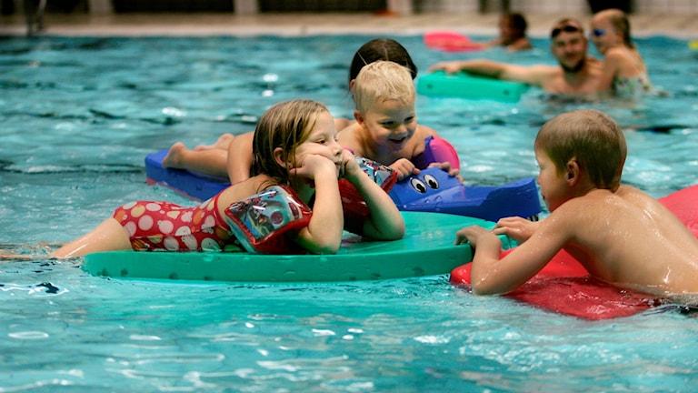 Barn som bada i inomhuspool