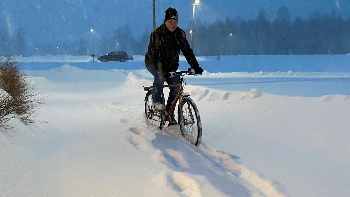 Bruno Sjölund i Örnsköldsvik cyklar i snöstorm till jobbet.