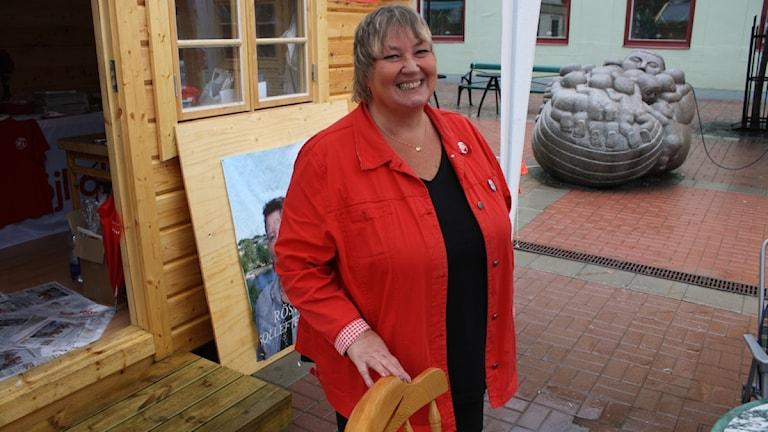 Elisabet Lassen utanför valstugan i Sollefteå.