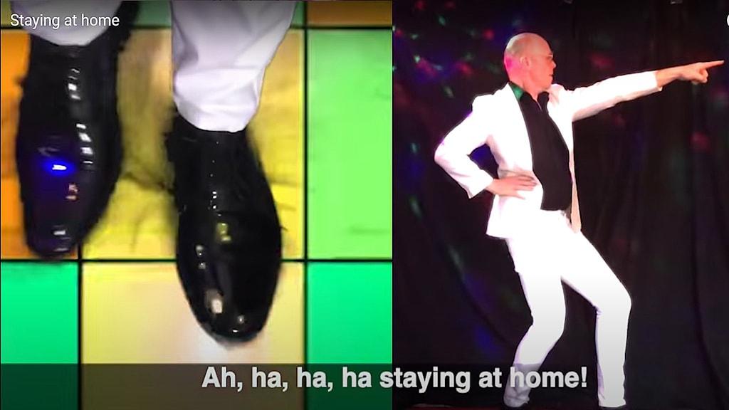 Jacke sjödin ser ut som en dansande John Travolta i videon Staying at home