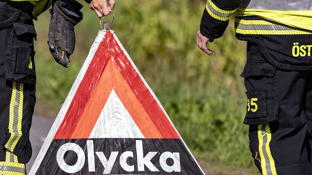 Orange triangel med texten olycka, varningstriangel.