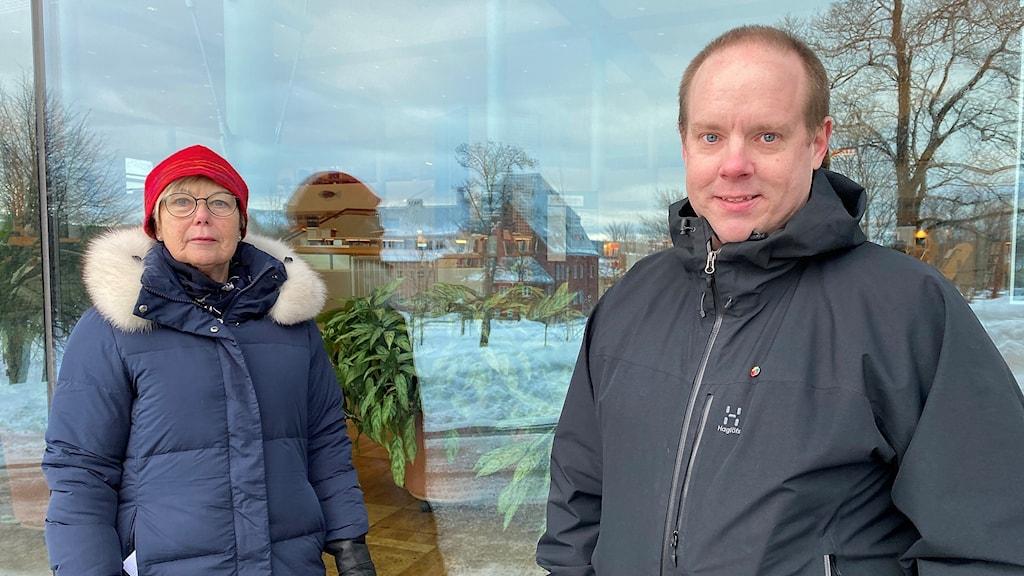 Västernorrlands landshöving Berit Högman och Andreas Sjölander kommunalråd Härnösand står utanför ett stort fönster (utanför Sambiblioteket i Härnösand)