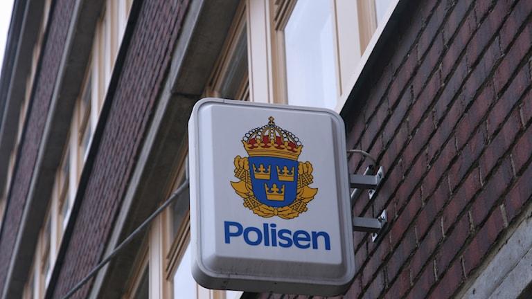 Skylt vid polishuset i Sundsvall. Foto: Ingrid Engstedt Edfast/SR