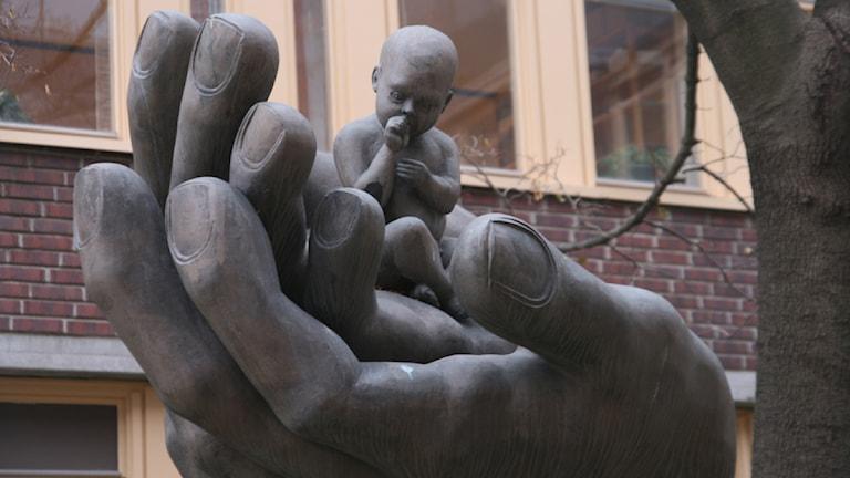 En staty med ett litet barn i en stor hand utanför Sundsvalls Tingsrätt. Foto: Ingrid Engstedt Edfast / SR