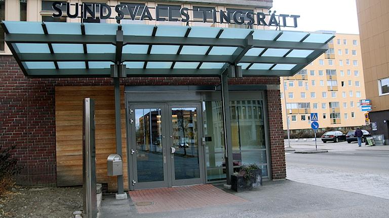 Huvudingången till Sundsvalls tingsrätt. Foto: Ingrid Engstedt Edfast / SR