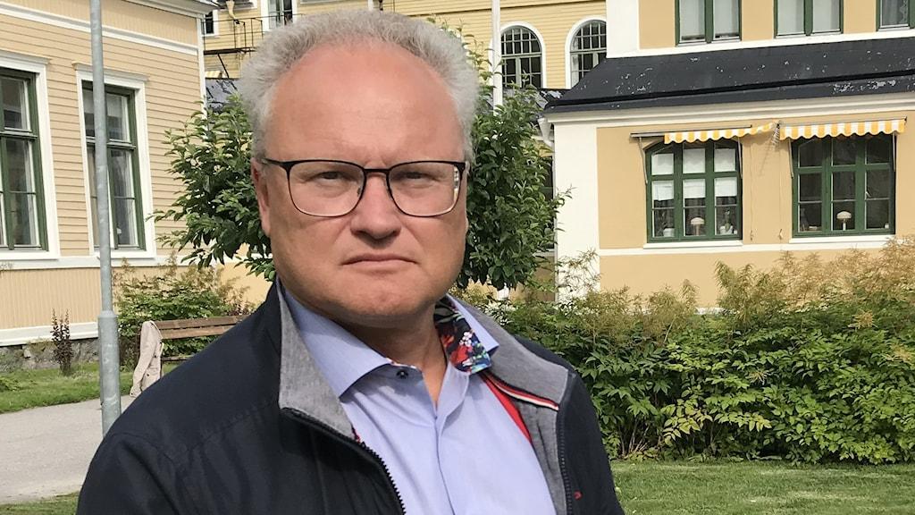 Regionstyrelsens ordförande Glenn Nordlund står utanför Österåsens behandlingshem.