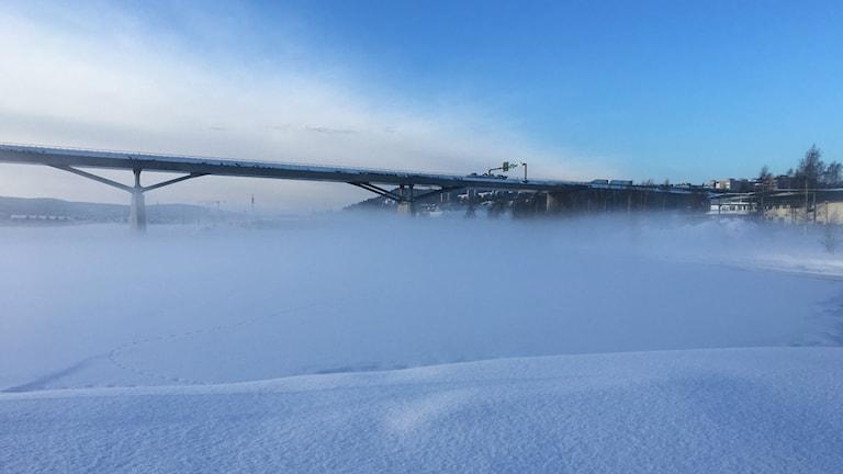 Bron över Sundsvallsfjärden men snörök och dimma över isen. Foto Sara Johansson