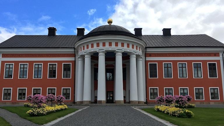 Den pampiga entrén med sex pelare till Rådhuset i Härnösand. Foto: Alexander Arvidsson/Sveriges Radio