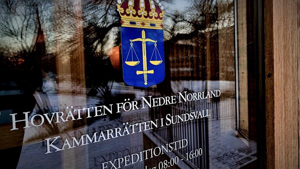 Bild på entrédörren till hovrätten för Nedre Norrland i Sundsvall.