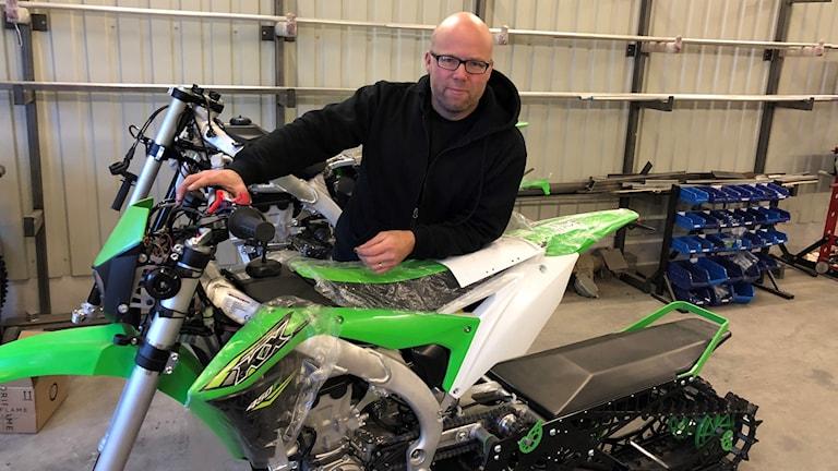Andreas Byström bygger om motorcyklar till snöskotrar.