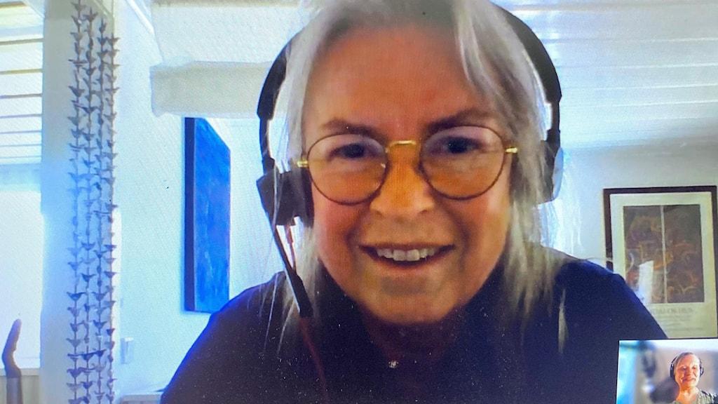 En kvinnas ansikte i en dataskärm. Foto Ulla Öhman