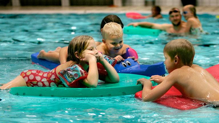 Barn i en badbassäng. Foto: Kerstin Carlsson / SCANPIX