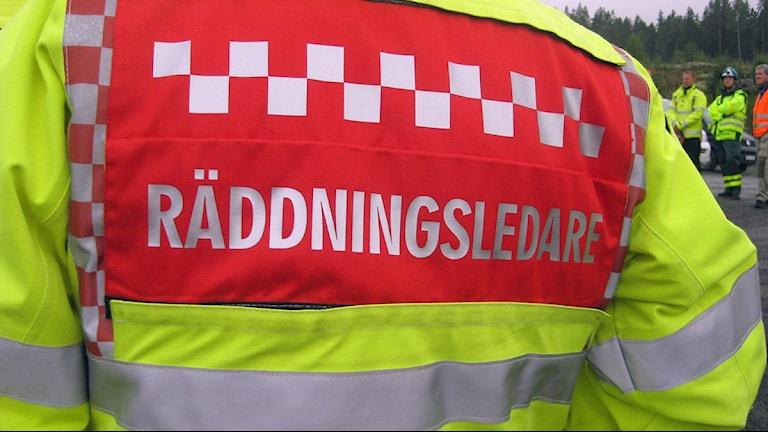 Ryggtavlan på en räddningsledare inom räddningstjänsten. Foto: Ulla Öhman/SR
