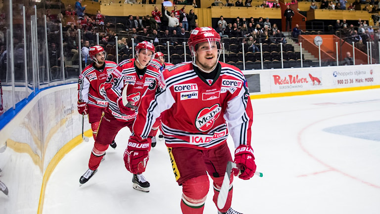 MODOs Patrik Karlkvist jublar efter att ha gjort 3-0 till MODO under fredagens ishockeymatch i Hockeyallsvenskan mellan MODO Hockey och Leksands IF i Fjällräven Center. Foto: Erik Mårtensson / TT