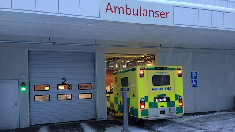 En ambulans på väg in vid akutmottagningen på Sundsvalls sjukhus. Foto: Christer Jonasson/Sveriges Radio