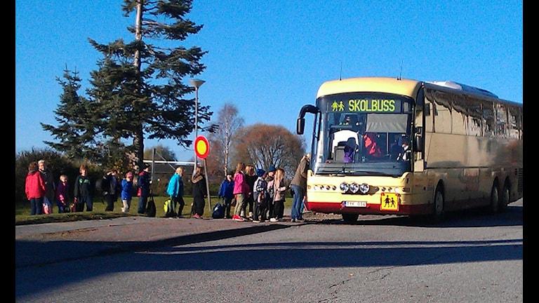 skolbuss tar upp barn. Foto Ulla Öhman