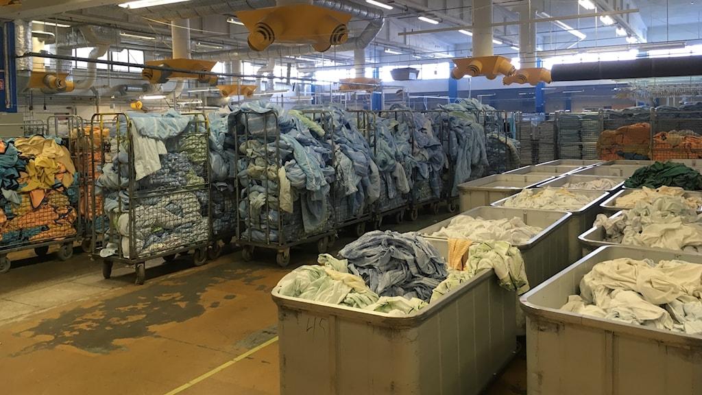 Inne på Textilia i Långsele finns idag stora korgar med tvätt från Region Västernorrland