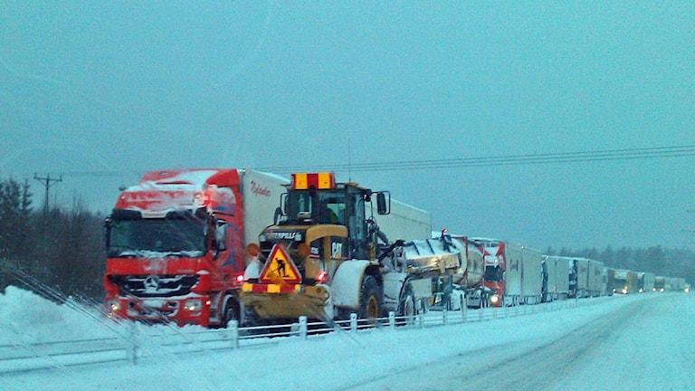 Lastbilar som sitter fast i snöväder på e4 i timrå
