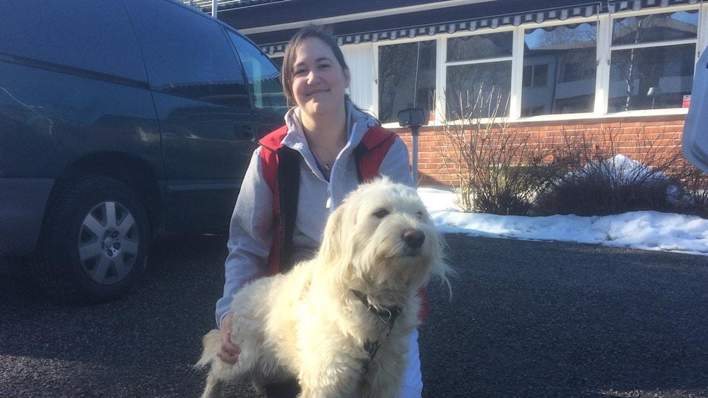 Hunden Nalle står med veterinären Åsa Jernberg
