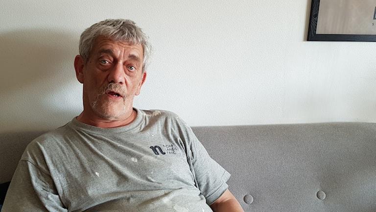 Jan- Olof Larsson är före detta spelmissbrukare. Han ser positivt på att regeringen vill utreda förbud mot spelreklam.