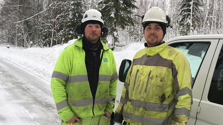 Linjemontörerna Thobias Jonasson och Markus Kårén